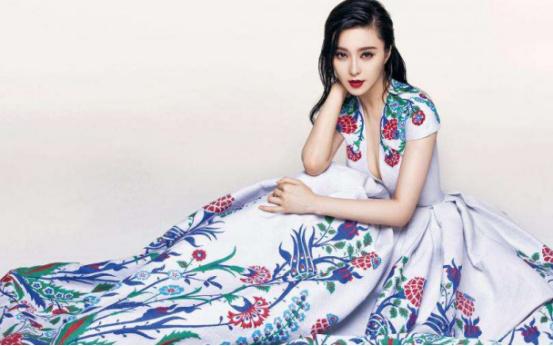 像童话中的公主一般,范冰冰那一张精致的脸惊艳了时光