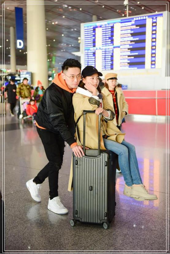 """张嘉倪和买超已成为娱乐界的新模特夫妻。 这对年轻夫妇参加了""""女性浪漫旅行"""""""