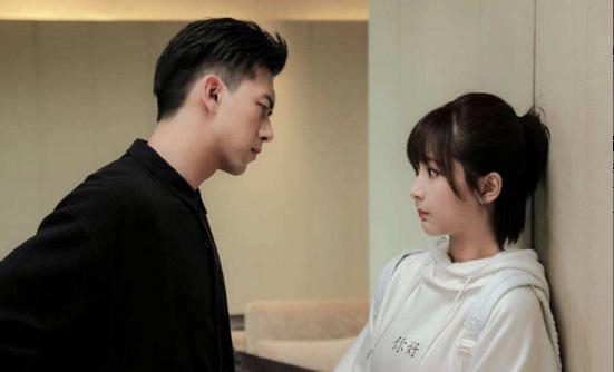 杨紫李现拍杂志,两人甜蜜爆棚