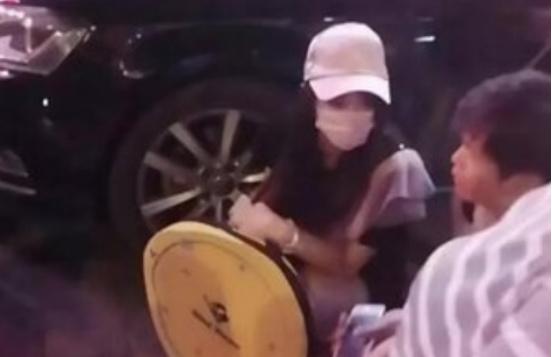 赵本山弟子出轨,妻子拉条幅控诉,网友直呼心疼!