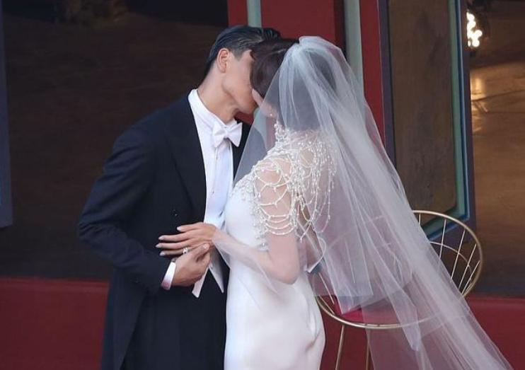 林志玲婚礼圆满举行,与老公深情相拥,网友:像电影一样唯美