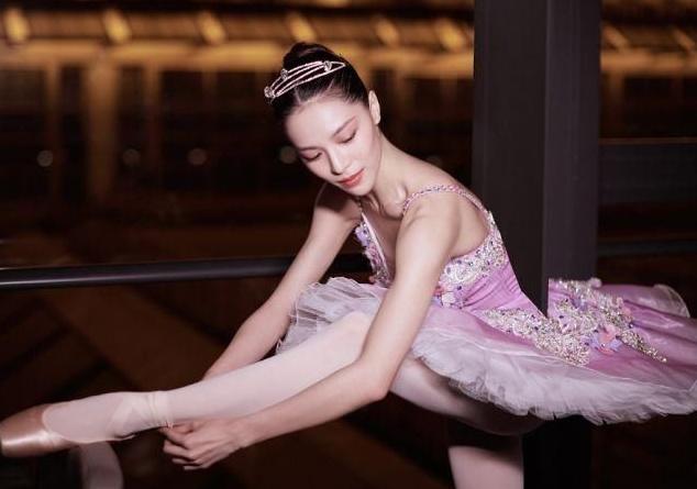 关晓彤钟楚曦金鸡奖同台跳舞,身材对比明显,但表演依旧值得鼓励