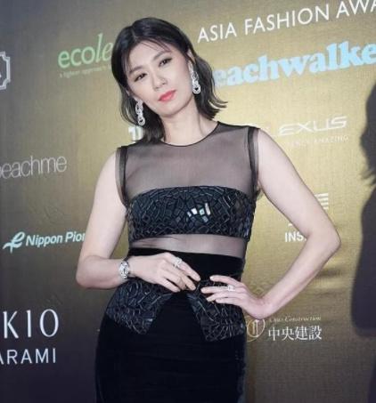 贾静雯穿黑色透视裙,出席COSMO盛典,水桶腰方脸颜值下跌惹争议