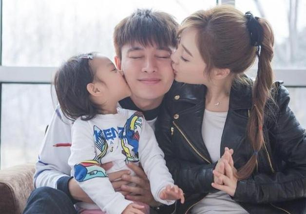 网友偶遇李小璐带甜馨逛超市,母女俩感情很好,甜馨越来越漂亮了!