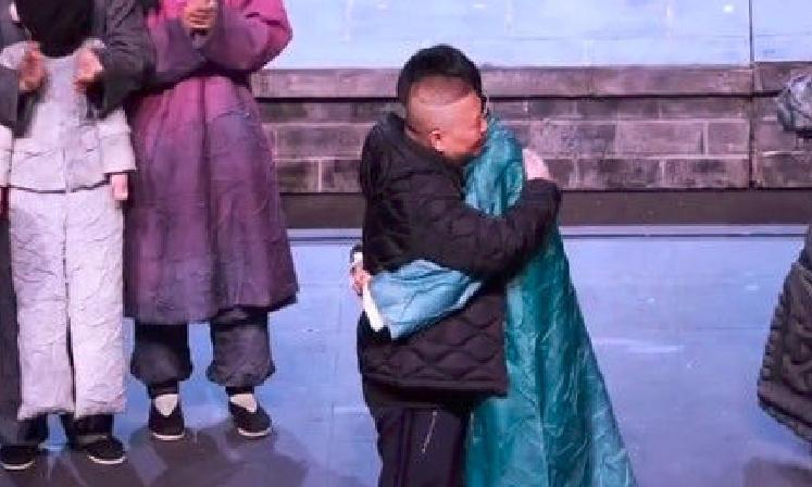 郭德纲偷看儿子表演话剧,两人舞台相拥,郭麒麟感动落泪