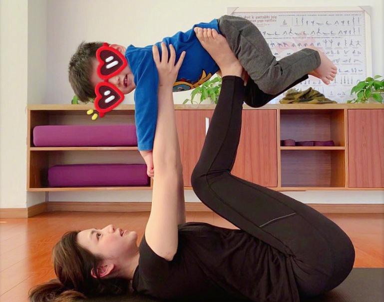 陈妍希晒3岁儿子正脸照,与儿子做亲子瑜伽,小星星帅气像爸爸