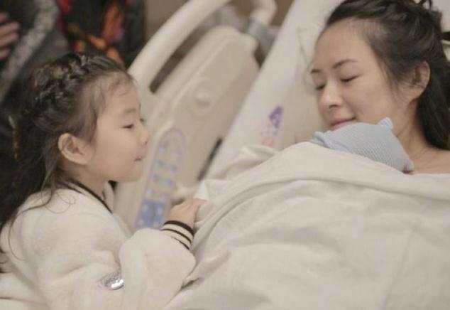 章子怡二胎生子,汪峰难掩心情激动,继女小苹果第一时间点赞!