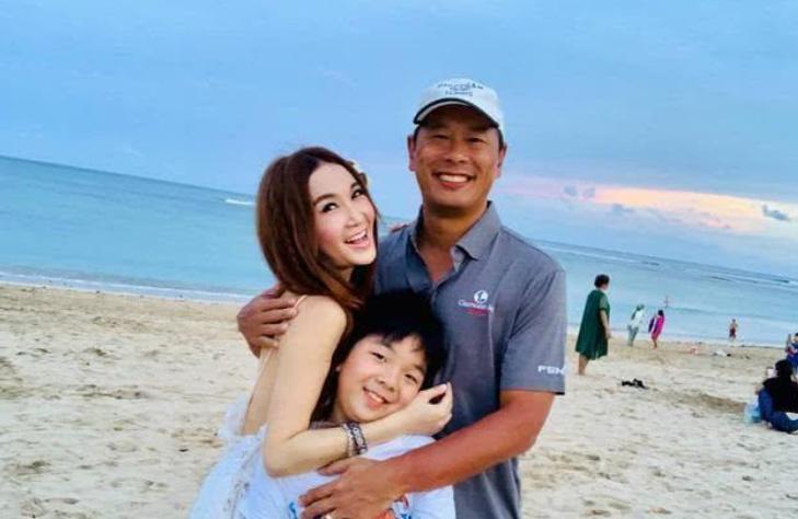 温碧霞携儿子海边度假,罕见晒出儿子近照,母子感情惹人羡慕