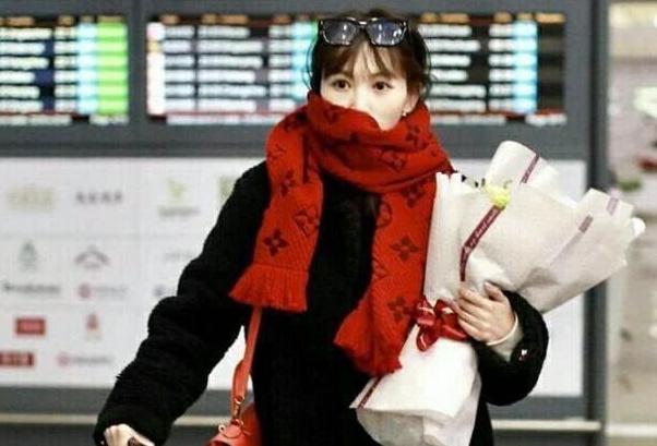 马蓉一身贵气现身机场,遇粉丝献花,一脸淡定从容