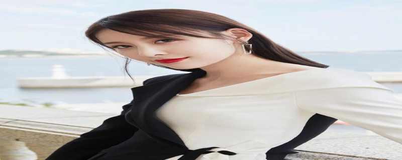 贾青太有女神范了,穿一袭黑白色拼接西服裙装高级时髦,气场十足